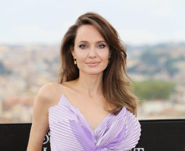В сияющем макси: Анджелина Джоли отдыхает в Венеции в компании французского художника и дочери